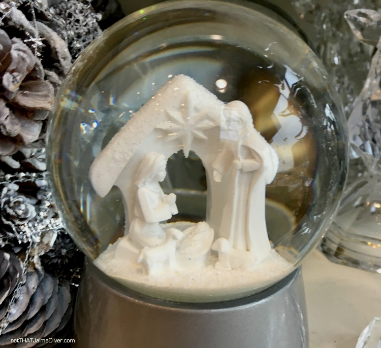 homesense-manger-snowglobe